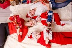 Rodzin składających się z czterech osób ludzie kłama na koc odgórnym widoku zdjęcia royalty free