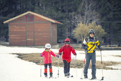 Rodzina ćwiczy przez cały kraj narciarstwo Wulkan góra Etna, Sicily Włochy Zdjęcie Stock