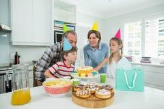 Rodzina świętuje ich synów urodzinowych w kuchni Obraz Stock