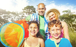 Rodzina Żartuje rodzica lata Figlarnie Parkowego pojęcie Zdjęcia Royalty Free