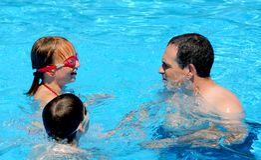 rodzina basen zabawa Fotografia Stock