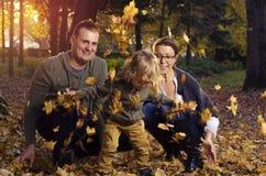 Rodzina bawić się w jesień liściach Zdjęcie Royalty Free