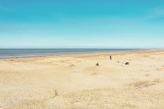 Rodzina bawić się w piasku na Północnego morza plaży blisko IJmuid Zdjęcia Royalty Free