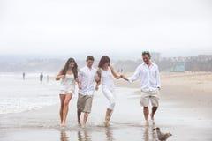Rodzina bawić się w wodzie na plaży Fotografia Royalty Free