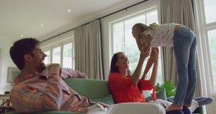 Rodzina bawić się wpólnie na kanapie w żywym pokoju 4k w domu zbiory