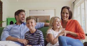 Rodzina bawić się wpólnie na kanapie w żywym pokoju 4k w domu zbiory wideo