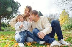 Rodzina bawić się z dziecko jesieni dniem Obrazy Stock