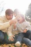 Rodzina bawić się z dziecko jesieni dniem Zdjęcie Royalty Free