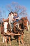 Rodzina bierze przejażdżkę na koniach i furgonie, centrala MO Zdjęcie Stock