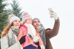 Rodzina bierze selfie z smartphone zdjęcia stock