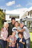 Rodzina bierze selfie z telefonem komórkowym w ogródzie obrazy stock