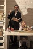 Rodzina biurkiem z szkolnymi dostawami Dziewczyna i ojciec zdjęcia stock