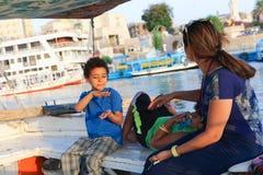 Rodzina cieszy się łódkowatą wycieczkę przy Nil rzeką fotografia stock