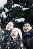 Rodzina cieszy się śnieżnego dzień obrazy royalty free