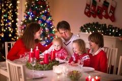 Rodzina cieszy się Bożenarodzeniowego gościa restauracji w domu Obrazy Stock