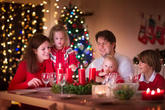 Rodzina cieszy się Bożenarodzeniowego gościa restauracji w domu Zdjęcia Royalty Free