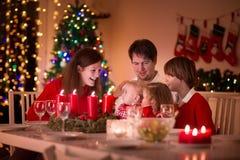Rodzina cieszy się Bożenarodzeniowego gościa restauracji w domu Fotografia Stock