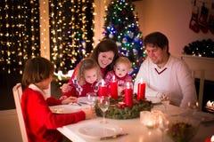 Rodzina cieszy się Bożenarodzeniowego gościa restauracji w domu Fotografia Royalty Free