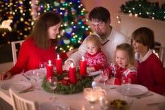 Rodzina cieszy się Bożenarodzeniowego gościa restauracji w domu Zdjęcie Stock