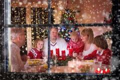 Rodzina cieszy się Bożenarodzeniowego gościa restauracji w domu Obraz Stock