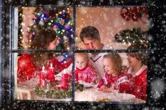 Rodzina cieszy się Bożenarodzeniowego gościa restauracji w domu Obraz Royalty Free