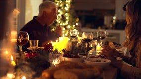Rodzina cieszy się Bożenarodzeniowego gościa restauracji wpólnie zbiory