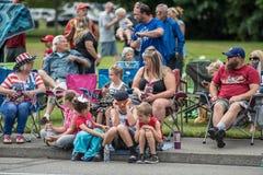 Rodzina cieszy się paradę na słonecznym dniu w tumwater Waszyngton fotografia royalty free