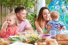 Rodzina Cieszy się Plenerowego posiłek W Domu fotografia stock
