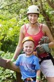 Rodzina cieszy się Zipline przygodę na wakacje Zdjęcia Royalty Free