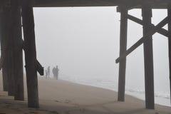 Rodzina Cieszy się ocean w ranek mgle Zdjęcie Stock