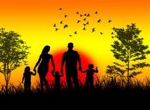 Rodzina cieszy się zmierzch Zdjęcie Royalty Free
