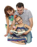 Rodzina czyta Zdjęcia Stock
