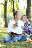 Rodzina czyta biblię w naturze Zdjęcia Royalty Free