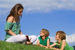 rodzina czytanie książki obrazy royalty free