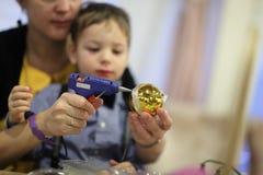Rodzina dekoruje Bożenarodzeniową zabawkę obrazy stock