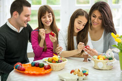 Rodzina dekoruje Wielkanocnych jajka wpólnie Obraz Stock