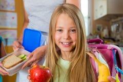 Rodzina - dla szkoły macierzysty robi śniadanie Zdjęcia Royalty Free