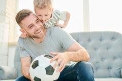 Rodzina Futbolowi kochankowie zdjęcia stock
