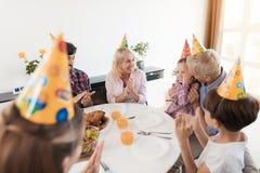 Rodzina gratuluje małej dziewczynki na jej urodziny Dziewczyna zachwyca, ona śmia się Zdjęcia Royalty Free