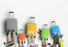 Rodzina iść na wycieczce, pięć barwić walizkach z odzieżowym i akcesoriach, fotografia royalty free