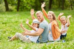 Rodzina i dzieci macha powitanie zdjęcie royalty free