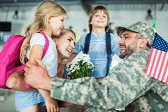 Rodzina i mężczyzna w wojskowym uniformu fotografia royalty free