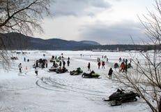 Rodzina i przyjaciele zbieraliśmy wpólnie dla rocznego Winterfest świętowania, Jeziorny George, Nowy Jork, Luty 2nd, 2014 Obraz Royalty Free