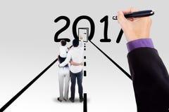 Rodzina i ręki wskazuje drzwi 2017 i liczby Zdjęcie Stock