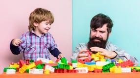 Rodzina jest Dobrze małym chłopiec z tatą bawić się wpólnie Szcz??liwy rodzinny czas wolny r r fotografia stock