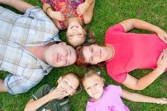 Rodzina kłaść z głowami wpólnie Zdjęcia Royalty Free