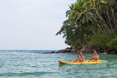 Rodzina kayaking w na wakacje nawadnia ocean indyjski Obraz Royalty Free