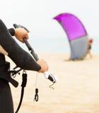 Rodzina kitesurfers przy ocean plażą Obrazy Royalty Free