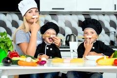 Rodzina kucharzi Matka i dzieci przygotowywamy spaghetti w kuchni zdjęcia stock