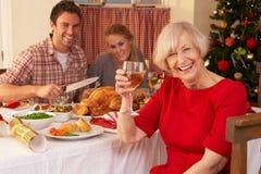 Rodzina ma Bożenarodzeniowego gość restauracji fotografia stock